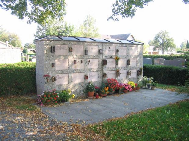 Urnenwand mit 18 Kammern