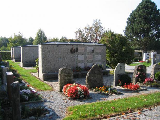 4 Urnenwände mit geamt 72 Kammern